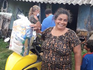 Instituto Avaliação entrega mil cestas básicas à população de Fernando de Noronha